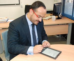 Alejandro Fernández utilizando un e-book