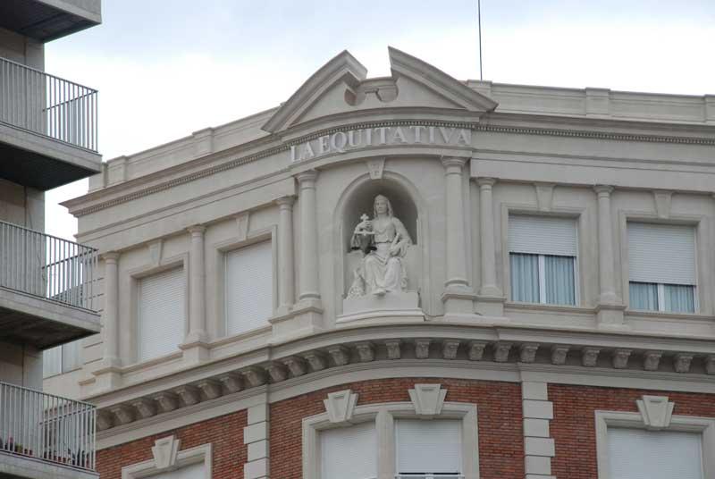 Escultura de Modest Gener a l'edifici de 'L'Equitativa' de Reus