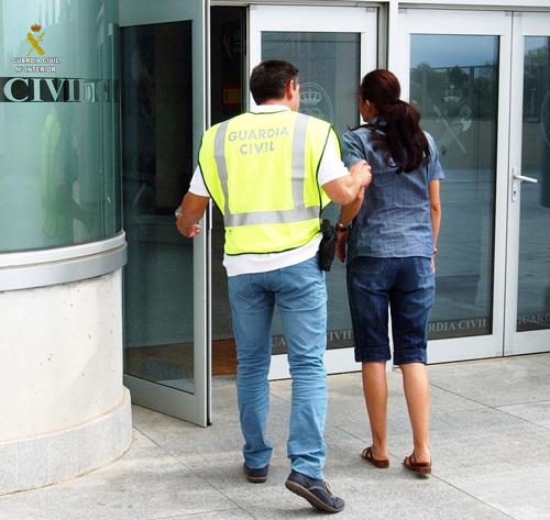 Imatge de l'entrada de la imputada a la comissaria de la Guàrdia Civil