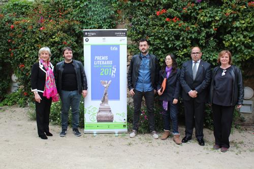 Els guanyadors amb els organitzadors dels Premis Literaris
